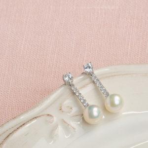 Pendientes de novia Holly en plata de primera ley con circonitas y una perla.